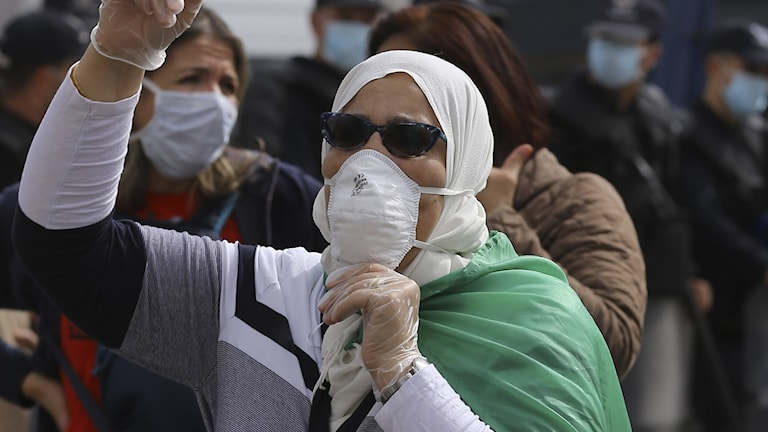 En kvinna i prodemokratisk demonstration i Alger.