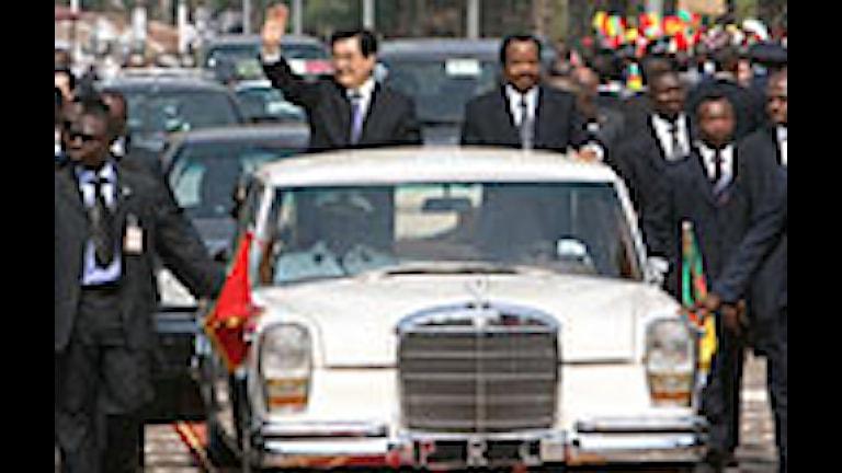 Kinas president vinkar till åskådare i Kameruns huvudstad Yaounde. Foto: Xinhua Li Xueren/Scanpix.