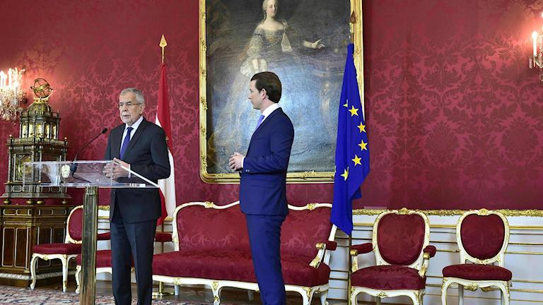 Österrikes president Alexander Van der Bellen håller presskonferens.