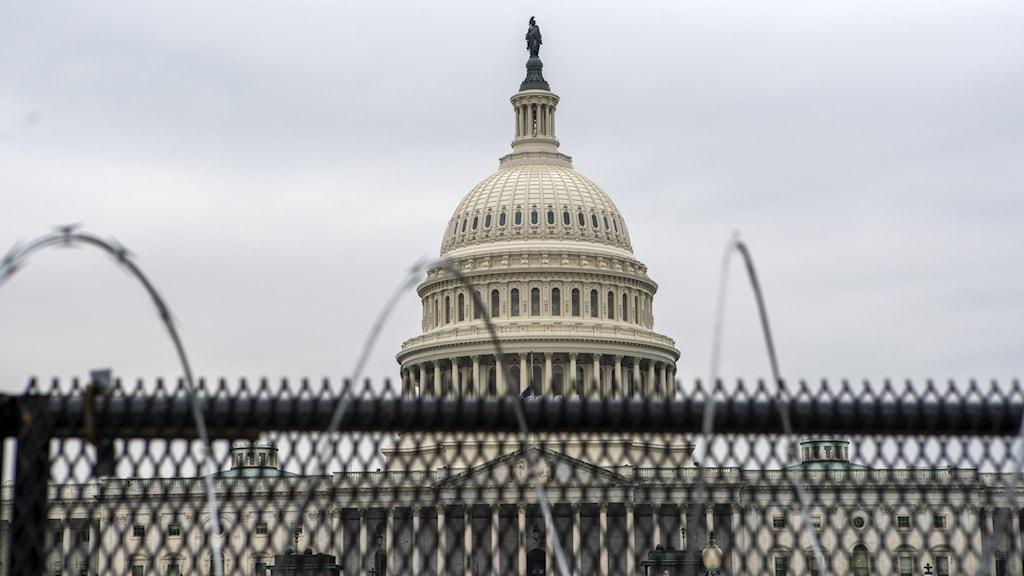 Kapitolium i Washington bakom galler och taggtråd