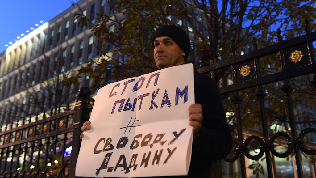 En man protesterar i Moskva till stöd för Ildar Dadin.