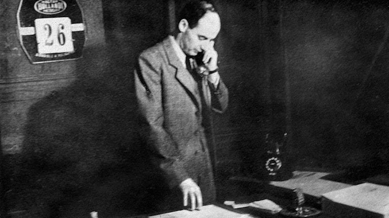 Raoul Wallenberg, svensk diplomat, på sitt kontor i Budapest. Foto: TT