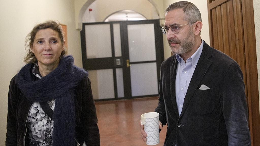 Komikern Aron Flam tillsammans med sin advokat Monique Wadstedt