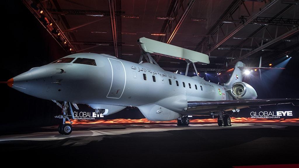Militärflygplan med radar på taket.