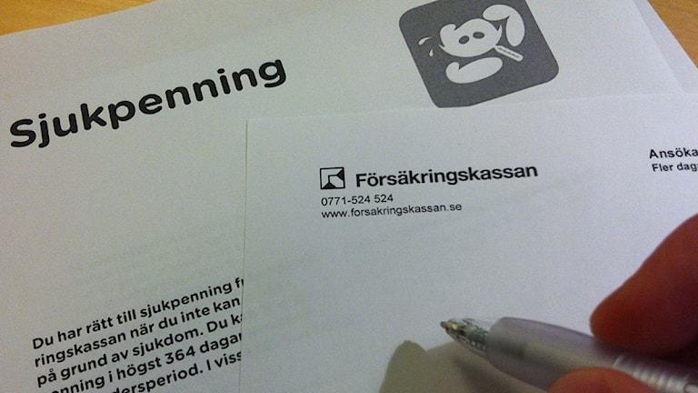 Blanketter för sjukpenningersättning. Foto: Mikael Kulle/Sveriges Radio.