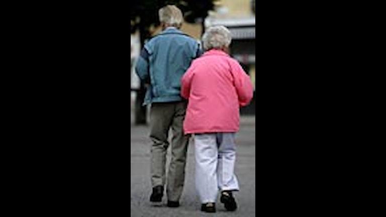 Ett äldre par arm i arm på promenad. Foto: Fredrik Sandberg/Scanpix.