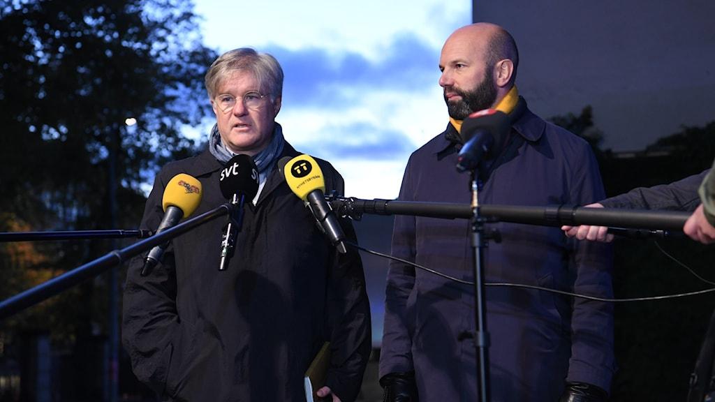 Martin Wästfeldt Unionen och Mattias Dahl vice vd Svenskt Näringsliv vid en presskonferens utanför Näringslivets Hus