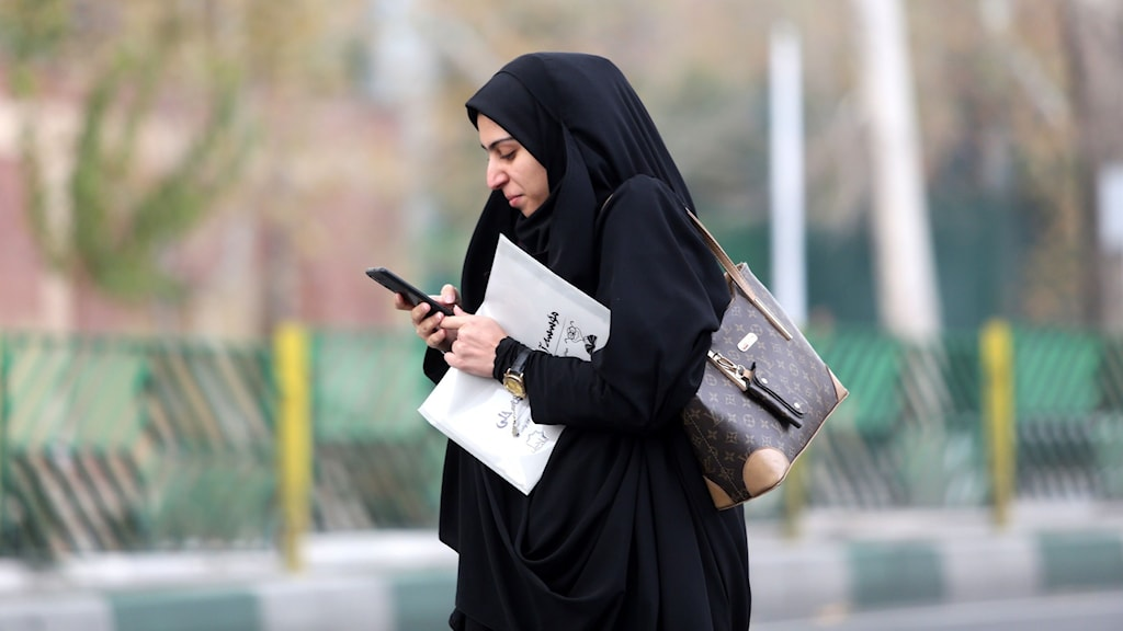 En kvinna med en telefon i Tehran i Iran på lördagen.