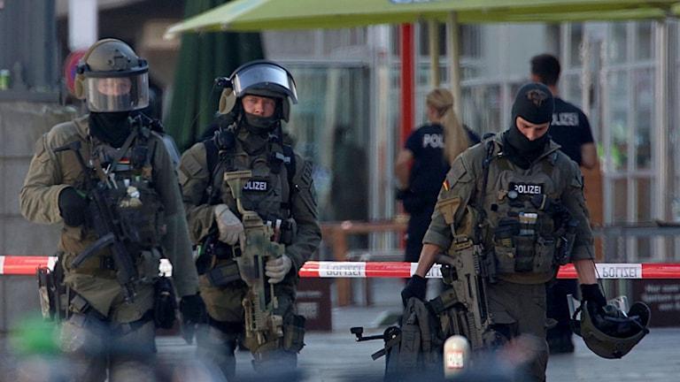 Polisen utanför gallerian i Köln.