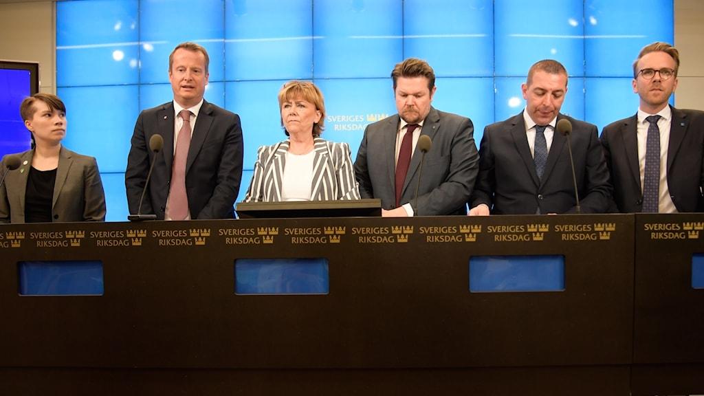 Annika Hirvonen Falk (MP), inrikesminister Anders Ygeman (S), Beatrice Ask (M), Johan Hedin (C), Roger Haddad (L) och Andreas Carlson (KD) under pressträffen med anledning av övernskommelse kring åtgärder mot terrorism i Riksdagen i Stockholm.