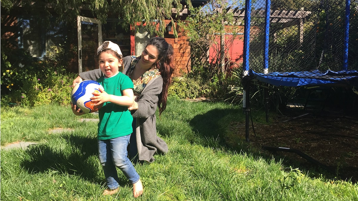 Lojaina Azzam i Berkeley Kalifornien med två-årige sonen Sufian