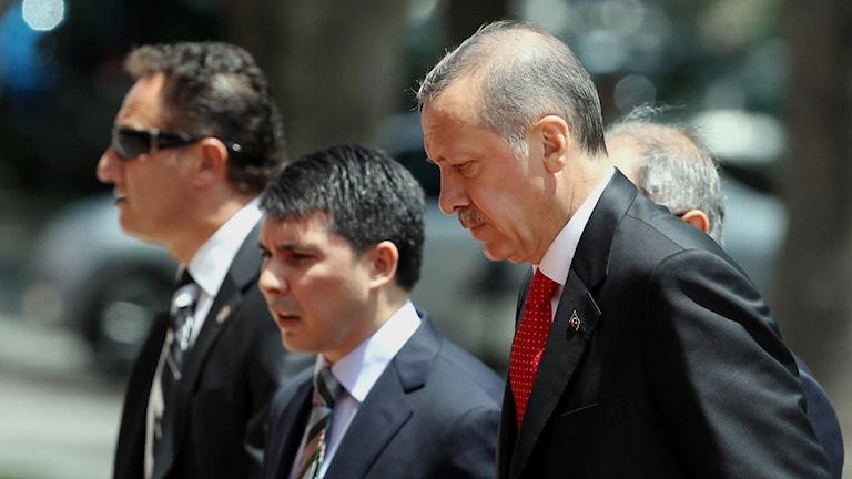 Turkiets premiärminister Recep Tayyip Erdogan, till höger, på väg till ett regeringsmöte på sitt kontor.