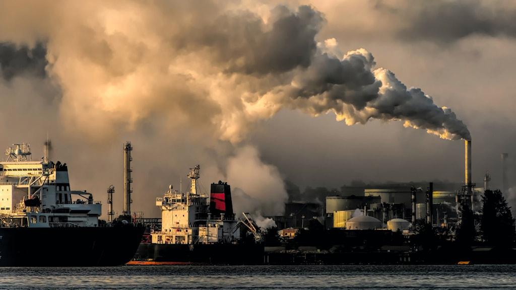 Bild på fabriker som släpper ut röd