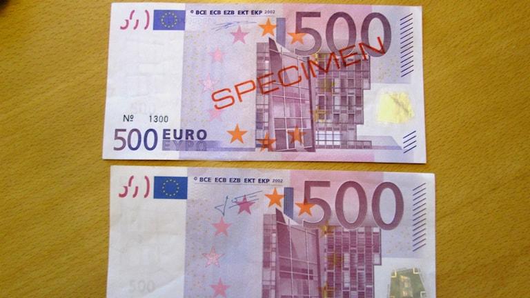 En falsk 500 eurosedel i jämförelse med en äkta provsedel. Foto: Peter Weyde, Sveriges Radio