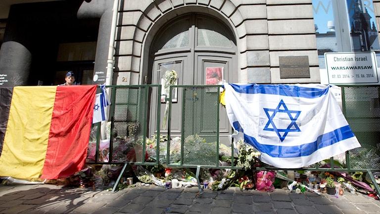 Belgisk och israelisk flagga utanför en port.
