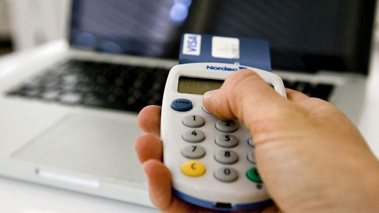 En person använder en dosa till sin internetbank. (Foto: Christine Olsson/Scanpix)