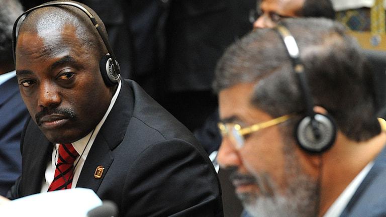 Kongo-Kinshasas president Joseph Kabila tittar på Egyptens nyvalde president Muhamed Mursi under AU:s toppmöte i Addis Ababa på söndagen. Foto: Scanpix