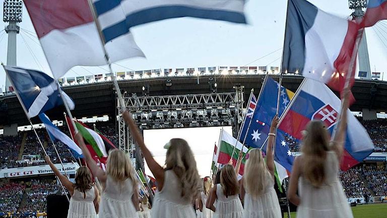 Flickor med flaggor under invigningen av Gothia cup 2011. Foto: Björn Larsson Rosvall / Scanpix.
