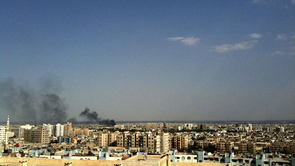 Svart rök stiger upp från ett område i Damskus. Foto: Scanpix