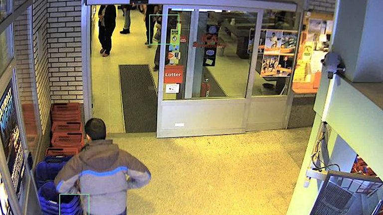 En man är på väg in på matbutik. Foto: Polisen/Scanpix