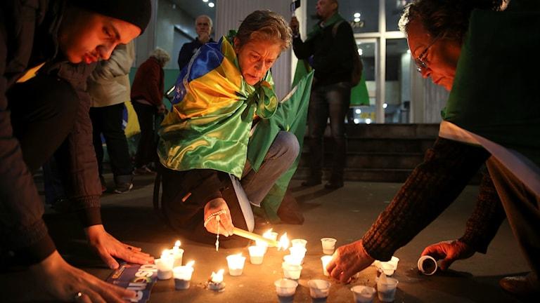 Jair Bolsonaros supportrar tänder ljus