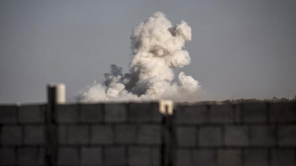 Arkivbild från en tidigare bombning i Syrien.