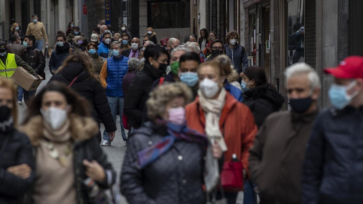 Folk på en gata i Madrid