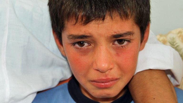 Ahmed är 14 år och har förlorat hela sin familj. Han är förtvivlad och gråter när han berättar för Ekots utsände. Foto: Johan-Mathias Sommarström/SR.