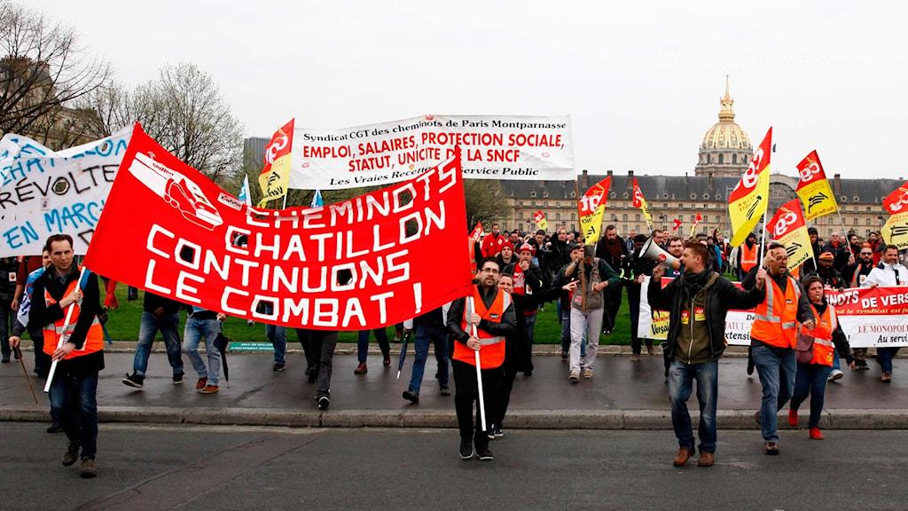 Järnvägsarbetare strejk-demonstrerar i Paris.