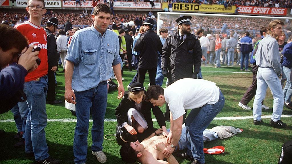 Arkivbild från Hillsborough fotbollsstadium med skadade supportrar under katastrofen 1989. 96 Liverpool-supportrar klämdes ihjäl under matchen. Foto: Scanpix