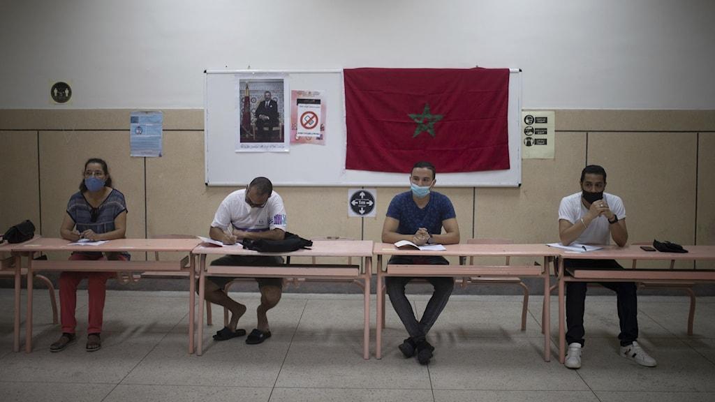 Partideligater vid en röstningslokal i Rabat, Marocko.