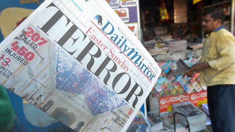 """Omslaget på nyhetstidning med texten """"Terror"""" som säljs i Sri Lanka."""