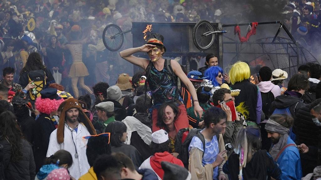 Unga människor på karneval.