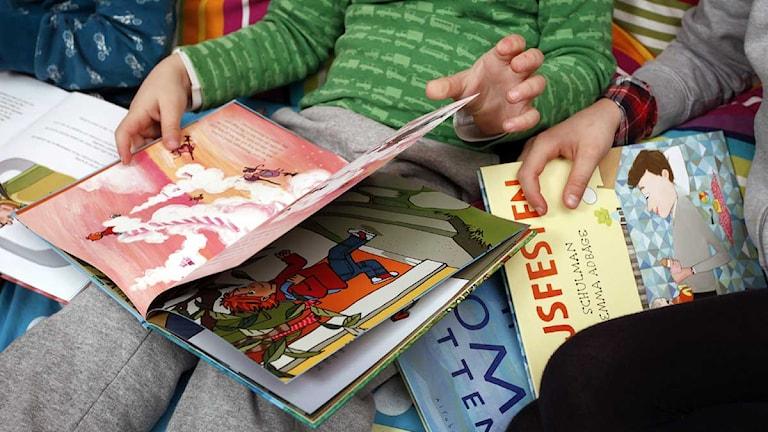 Barn läser, tittar i barnböcker.  Foto: Sören Andersson/Scanpix.