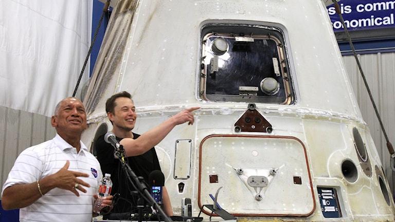 Nasa-chefen Charles Bolden och Space X vd Elon Musk visar upp Dragonkapseln i juni. Foto: Waco Tribune-Herald, Duane A Laverty/Scanpix.