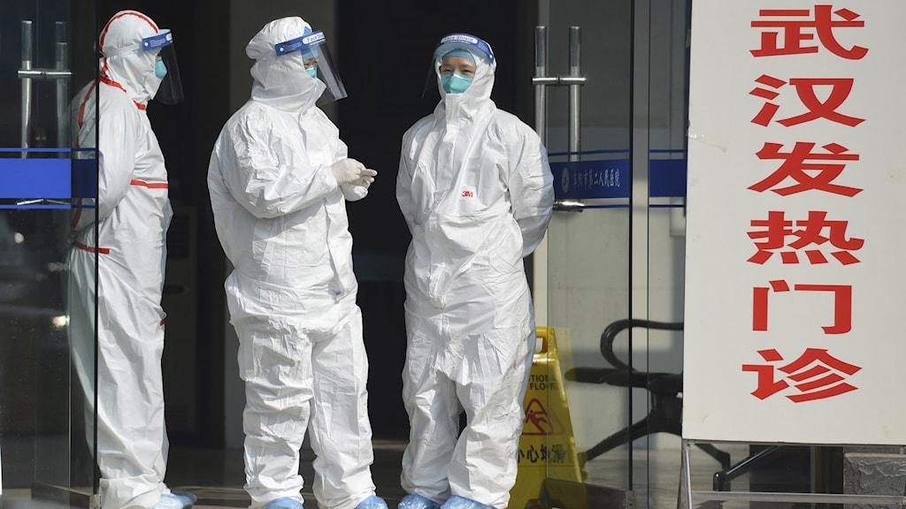Medicinsk personal vid en klinik i provinsen Wuhan. Foto: Chinatopix via AP/TT.