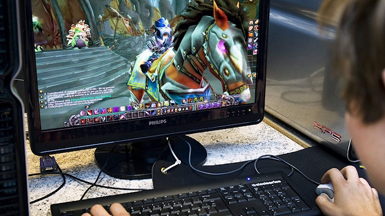 Kille sitter och spelar dataspel. Foto: Claudio Bresciani/TT.