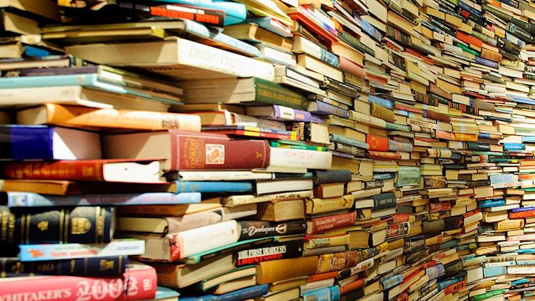 Tusentals böcker travade på vandra i högar.
