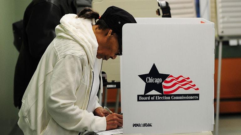 En man röstar i Chicago. Foto: Robyn Beck/Scanpix.