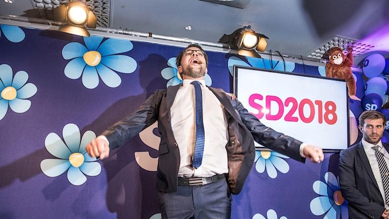 Partiledaren Jimmie Åkesson jublar på Sverigedemokraternas valvaka.