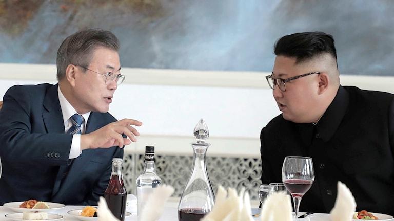Sydkoreas president Moon Jae-in och Nord Koreas ledare Kim Jong Un vid ett middagsbord.