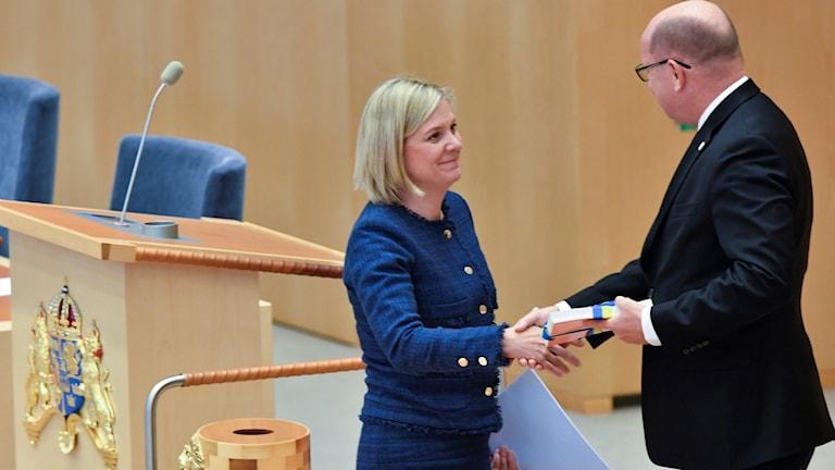 Magdalena Andersson lämnar över vårbudgeten till riksdagen