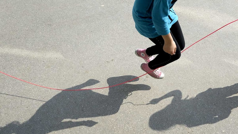 Några flickor hoppar hopprep under en rast på en skolgård. Foto: Janerik Henriksson/Scanpix