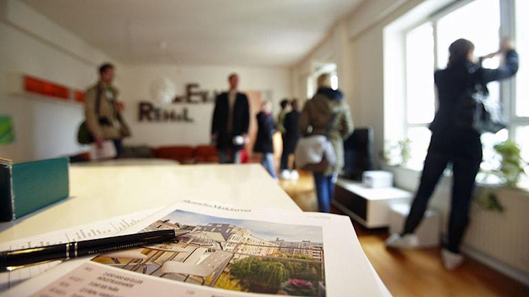 En mäklare har visning av en bostadsrätt. Foto: Fredrik Persson/Scanpix.