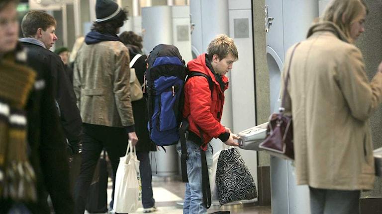 Passagerare köper tågbiljett i en automat på Stockholms centralstation. Foto: Fredrik Sandberg/Scanpix