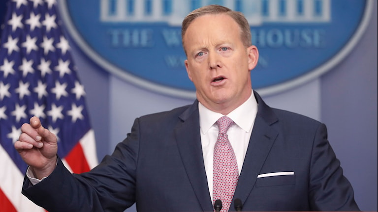 Donald Trumps pressekreterare Sean Spicer står vid ett podium och talar