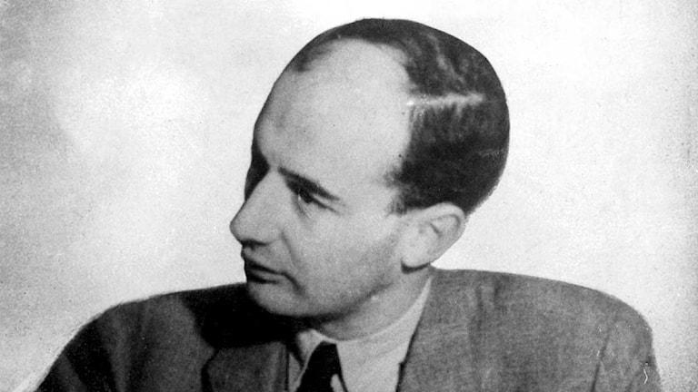Svartvitt porträtt av Raoul Wallenberg i halvprofil.