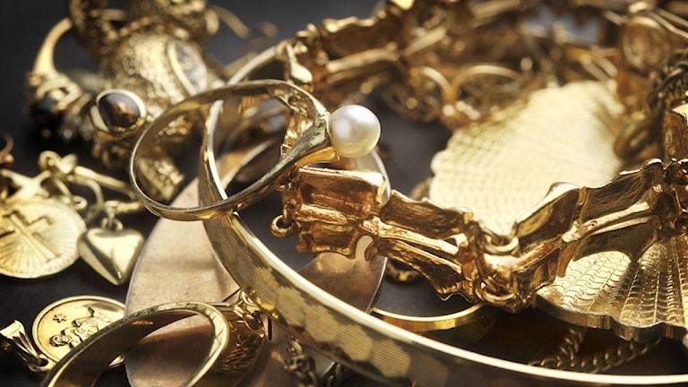 Blandade guldsmycken i en hög. Foto: Staffan Löwstedt/Scanpix