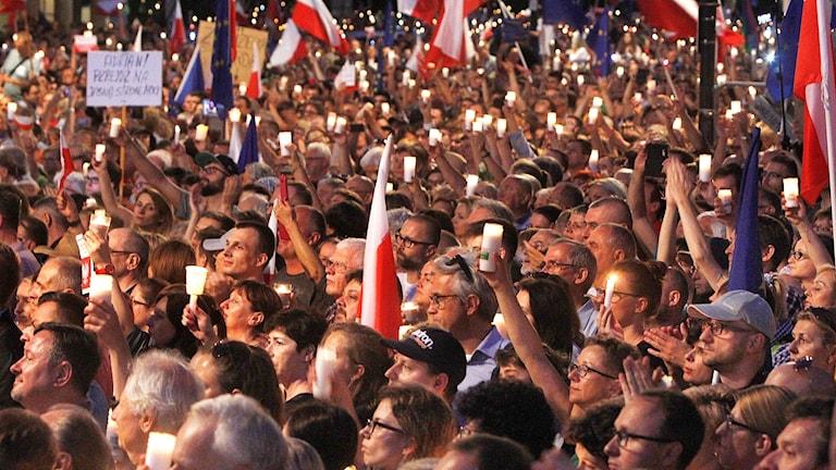 Demonstranter utanför presidentpalatset i Polen.