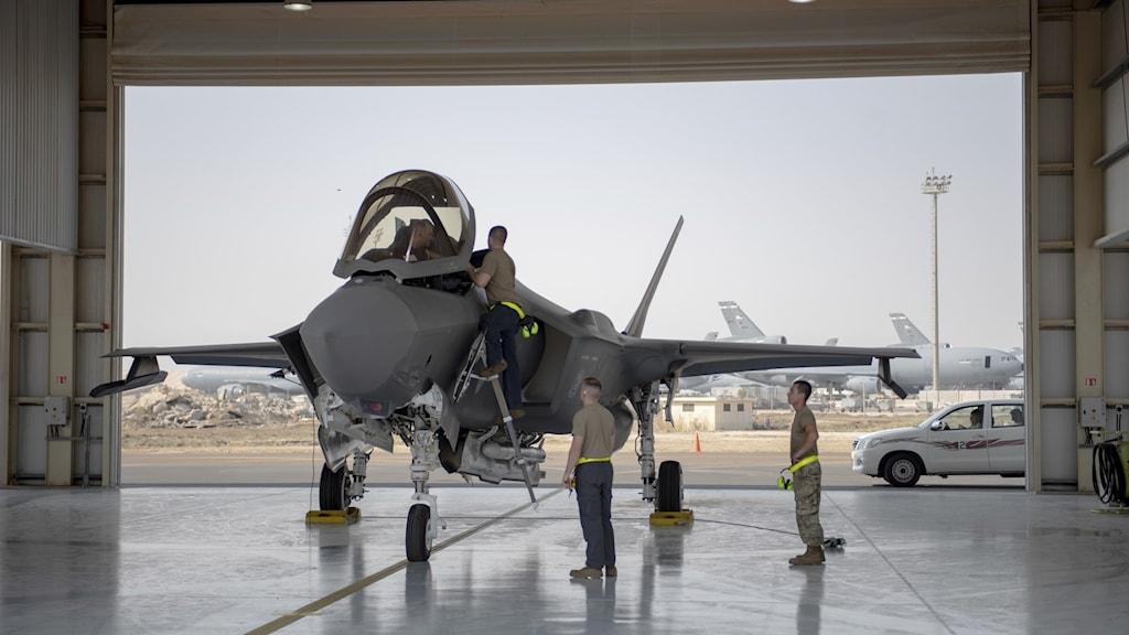 Jaktflygplan uppställt på ett blankt golv inne i en hangar